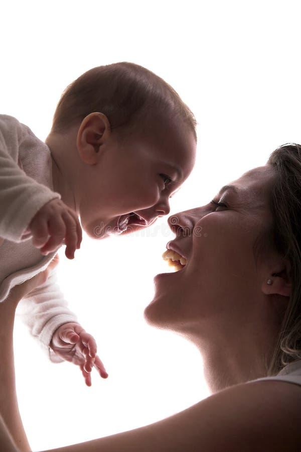Sirva de madre y su pequeño laug feliz del bebé junto fotos de archivo libres de regalías