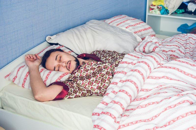 Sirva dormir dando vuelta a su cabeza a un lado foto de archivo
