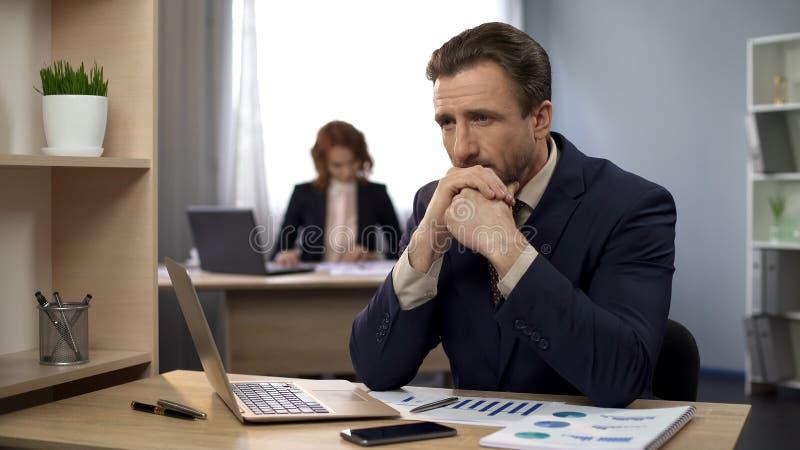 Sirva el acabamiento que mecanografía en el ordenador portátil, sentando el contenido en el escritorio, las expectativas excedida fotos de archivo libres de regalías