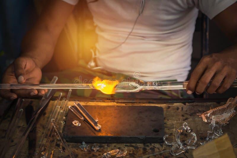 Sirva el arte hecho de la mano de soplar de cristal con el ventilador del fuego fotografía de archivo libre de regalías