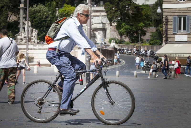 Sirva el ciclo en el centro histórico de Roma, Italia fotos de archivo libres de regalías