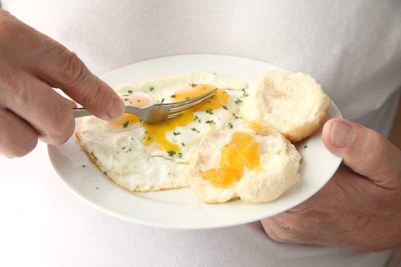 Sirva el corte en los huevos fritos imagen de archivo libre de regalías