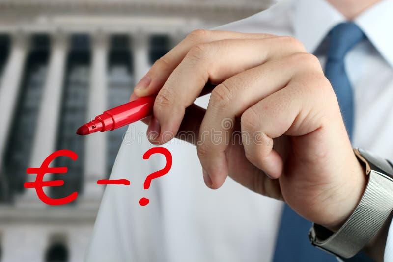 Sirva el dibujo de una muestra del euro con la pregunta por la pluma roja foto de archivo