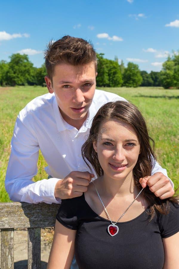 Sirva el donante del collar del corazón a la mujer atractiva joven fotografía de archivo