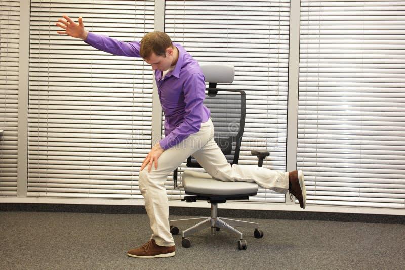 Sirva el ejercicio en silla en oficina, forma de vida sana imagen de archivo