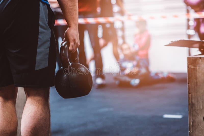 Sirva el entrenamiento con el kettlebell en gimnasio funcional de la aptitud fotos de archivo