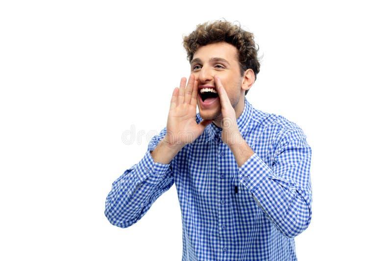 Sirva el grito ruidosamente con las manos en la boca imagen de archivo