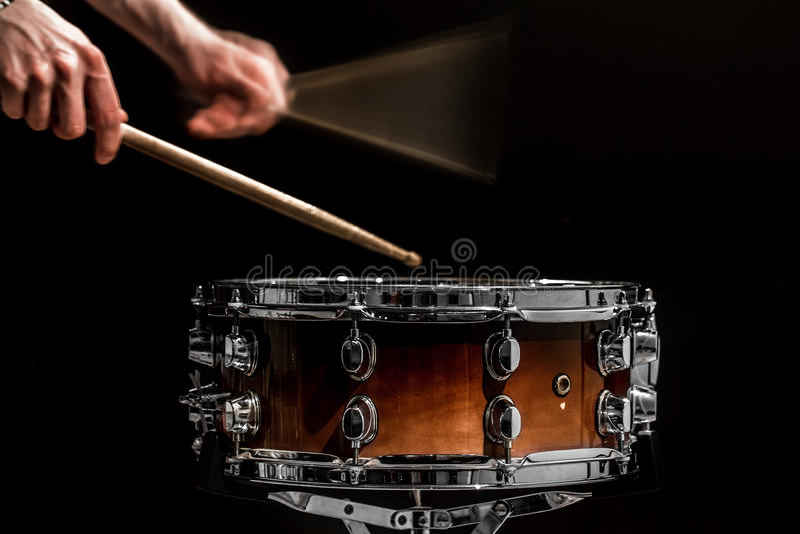 sirva el instrumento de percusión musical de los juegos con los palillos un concepto musical con el tambor de trabajo fotografía de archivo