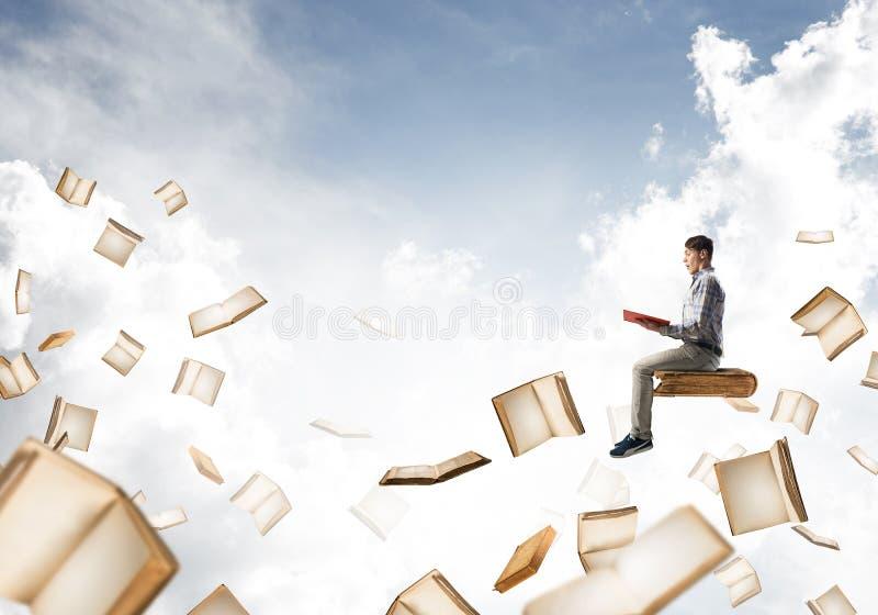 Sirva el libro de lectura y muchos de ellos vuelo en aire stock de ilustración