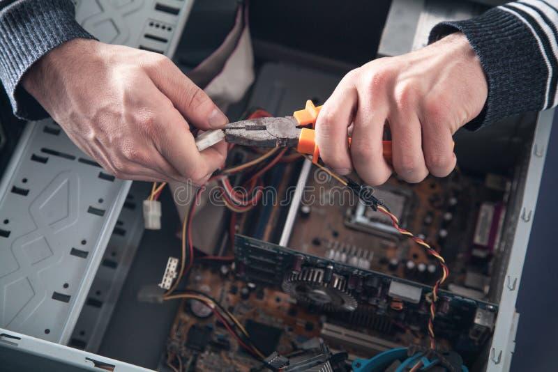Sirva el ordenador de las reparaciones foto de archivo