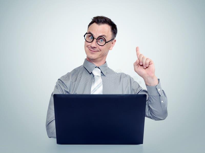 Sirva el programador en lazo y los vidrios con un ordenador portátil Concepto de la idea foto de archivo libre de regalías