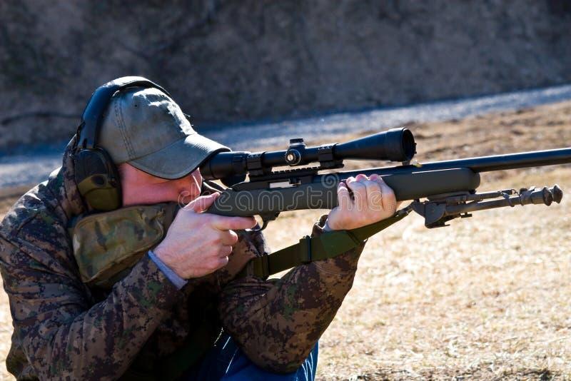 Sirva el rifle del Shooting fotografía de archivo