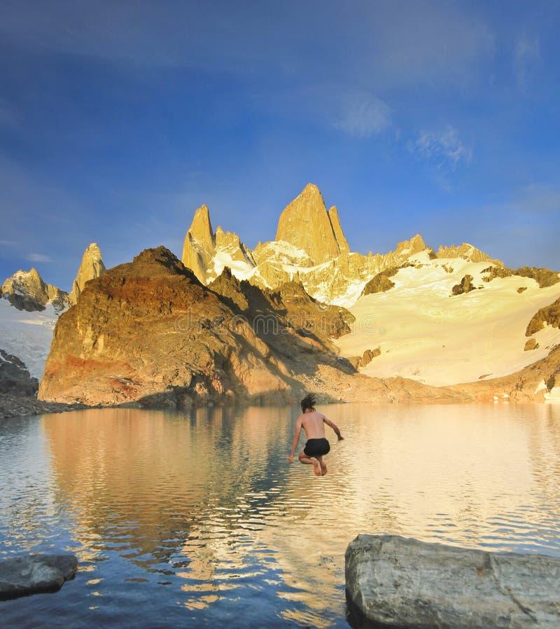 Sirva el salto al lago frío debajo de la montaña de Fitz Roy fotografía de archivo