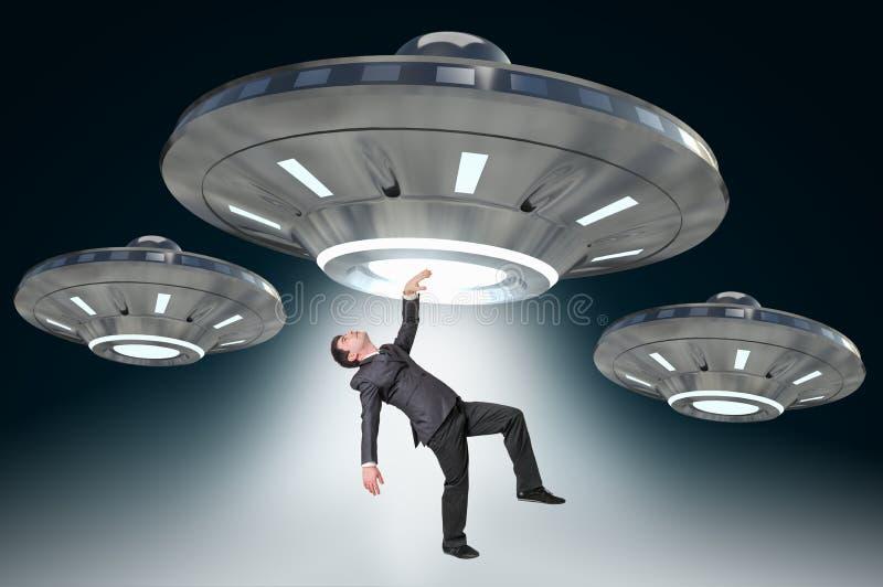 Sirva el secuestro por UFO - concepto extranjero de la abducción imágenes de archivo libres de regalías
