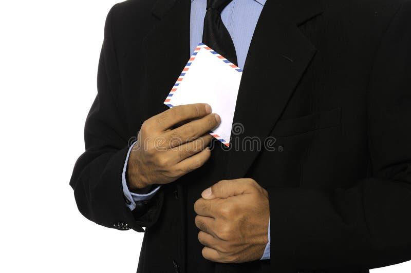 Sirva el sobre en blanco del asimiento fotos de archivo