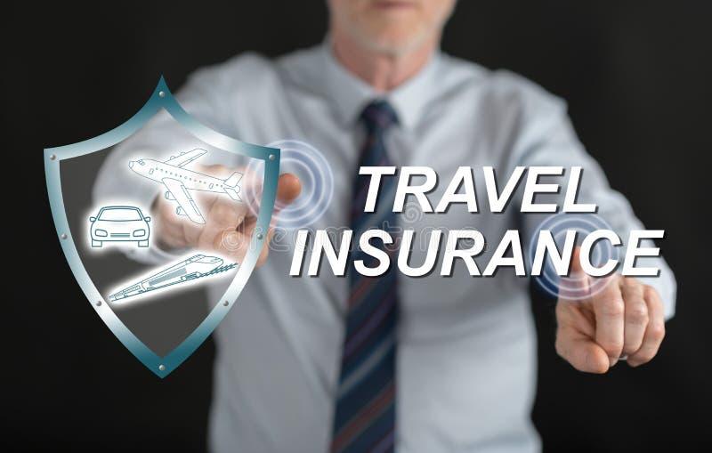 Sirva el tacto de un concepto del seguro del viaje en una pantalla táctil imagen de archivo