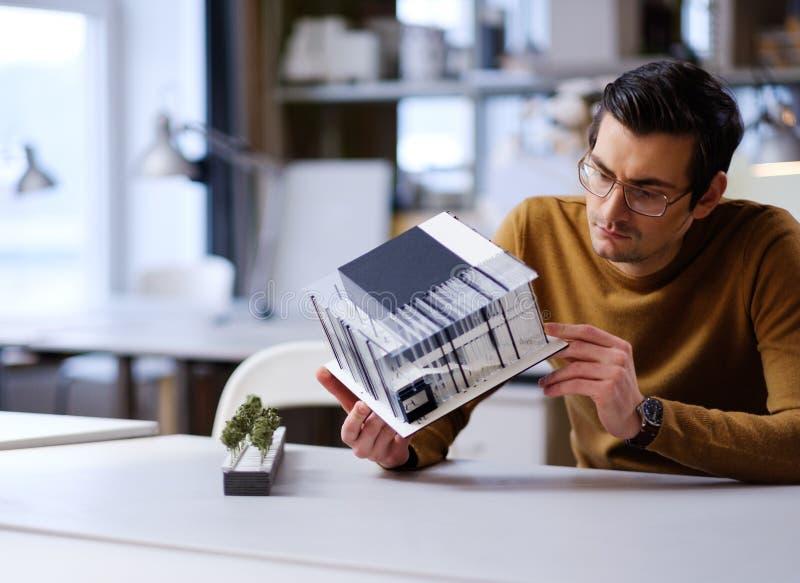 Sirva el trabajo con maquette en diseño y dirigir arquitectura fotos de archivo