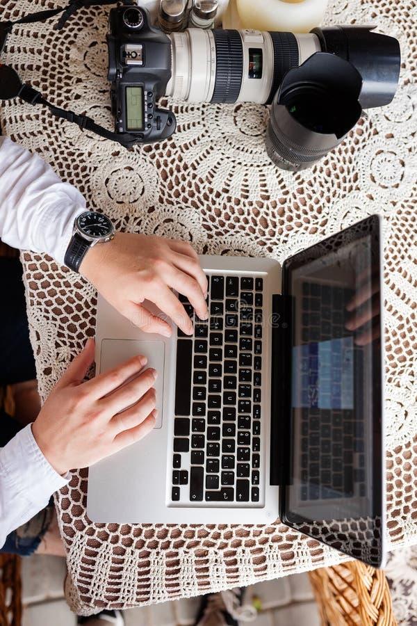 sirva el trabajo con el ordenador portátil y sentarse en el sofá foto de archivo