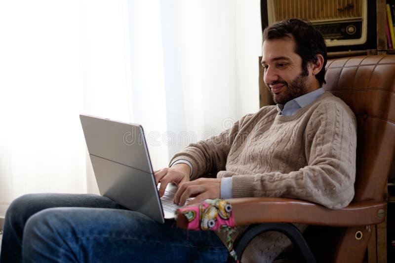 Sirva el trabajo en casa usando su ordenador portátil y connecti de Internet de Wi-Fi fotografía de archivo