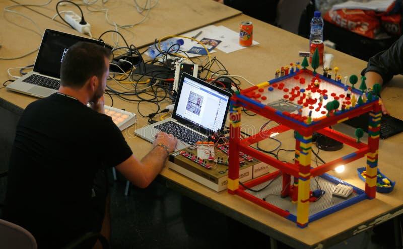 Sirva el trabajo en componentes del arduino proyectan en el sonar Barcelona fotos de archivo libres de regalías