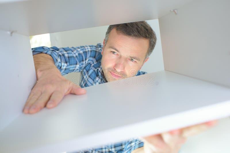 Sirva el trabajo en la talladora de madera en taller del carpintero imagen de archivo