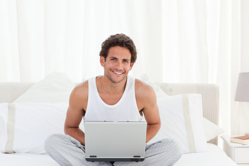 Sirva el trabajo en su computadora portátil en el país imagenes de archivo