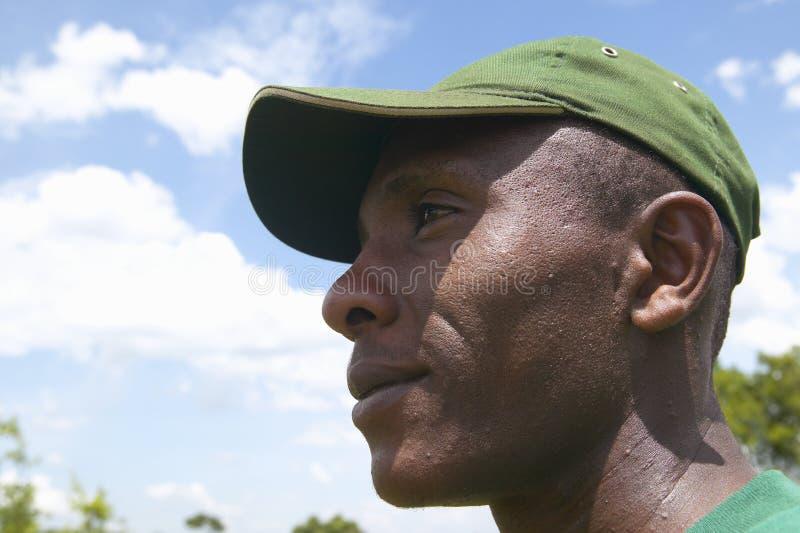 Sirva el trabajo para encontrar trampas en el parque nacional de Tsavo en Kenia, África imágenes de archivo libres de regalías