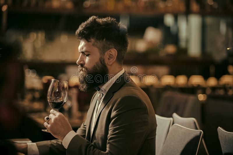 Sirva el vino de la prueba en interior del restaurante o de la barra imágenes de archivo libres de regalías