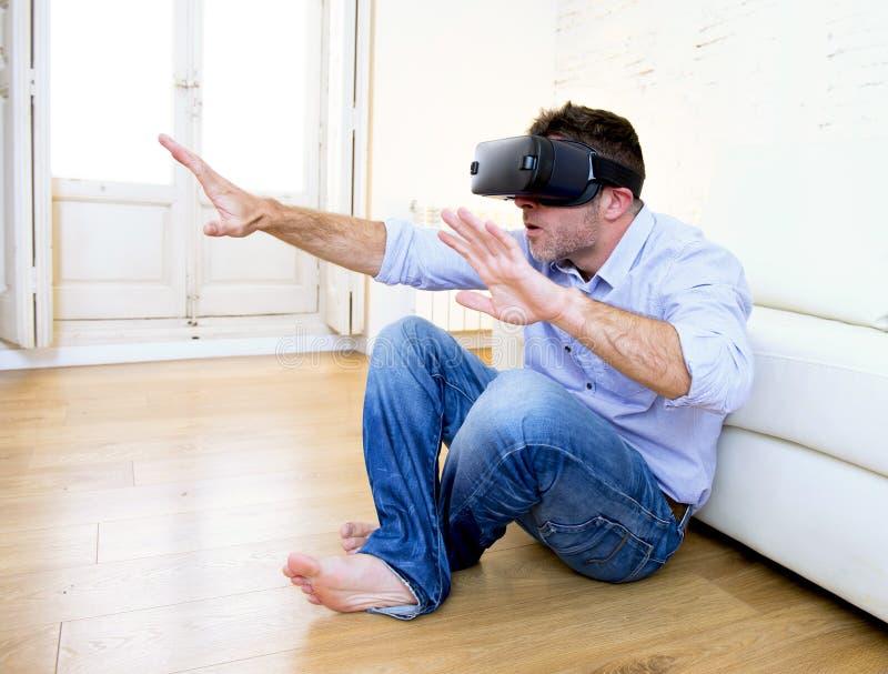 Sirva en casa el sofá del sofá emocionado usando las gafas 3d que miran 360 vir foto de archivo