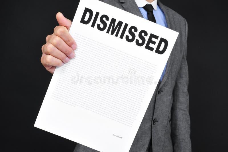 Sirva en el traje que muestra un documento con el despido del texto fotos de archivo