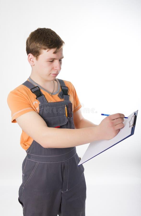 Sirva en guardapolvos que el electricista aprecia el trabajo imagenes de archivo