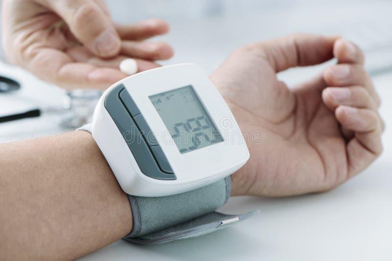 Sirva en la oficina de los doctores con tensión arterial baja fotografía de archivo