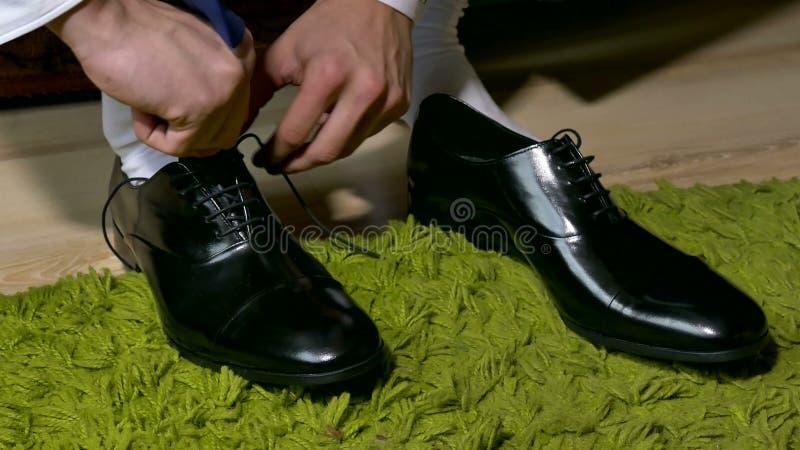fotos oficiales 33d27 4f6d2 Sirva en zapatos de vestir de los calcetines del blanco para atar cordones.