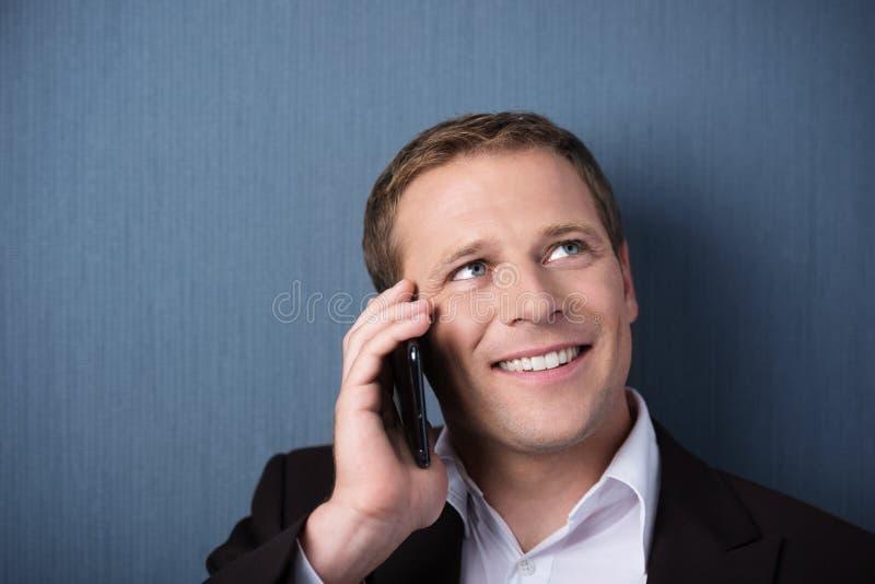 Sirva escuchar una conversación sobre su móvil imagen de archivo