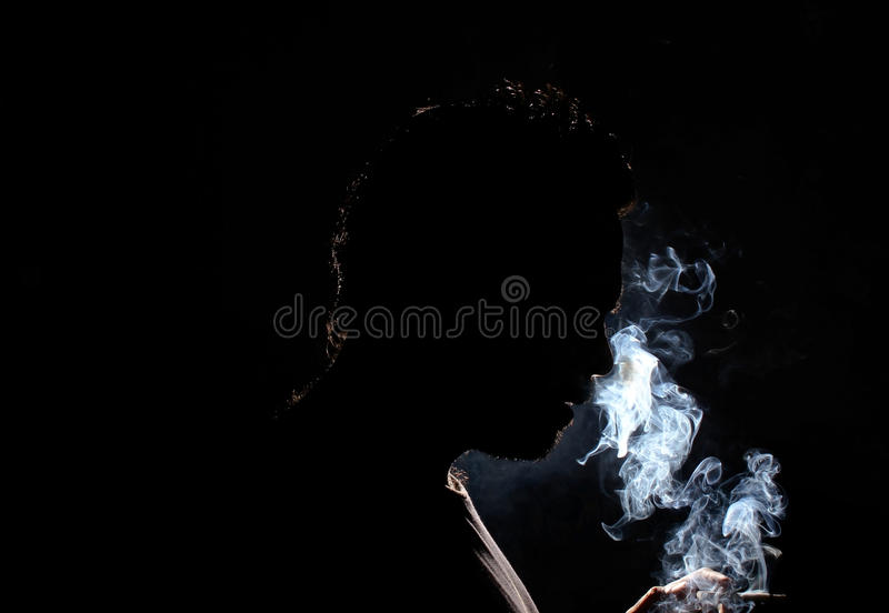Sirva fumar foto de archivo