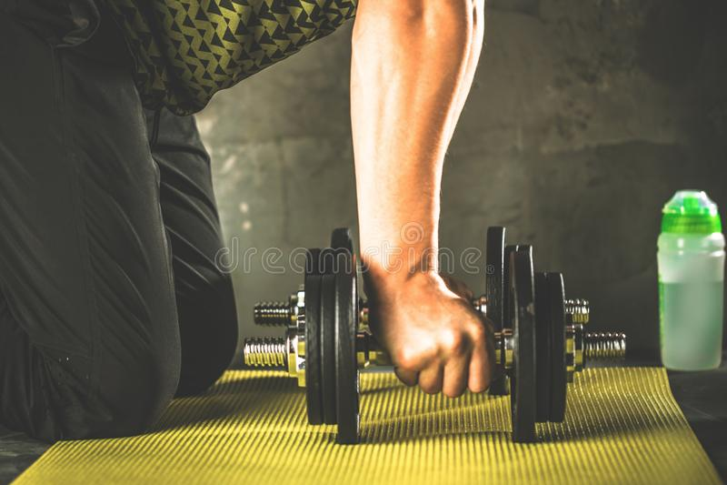 Sirva hacer entrenamiento en el gimnasio en las esteras de la yoga imagen de archivo libre de regalías