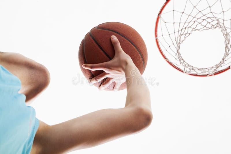 Sirva intentar al baloncesto directo adentro a la cesta fotos de archivo libres de regalías