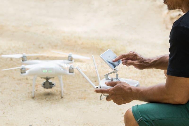 Sirva jugar el abejón del helicóptero del patio para tomar fotografía aérea imagen de archivo