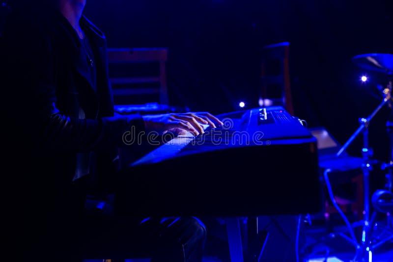 Download Sirva Jugar En El Teclado Del Sintetizador En Etapa Durante Concierto Imagen de archivo - Imagen de diseño, brillante: 100532073