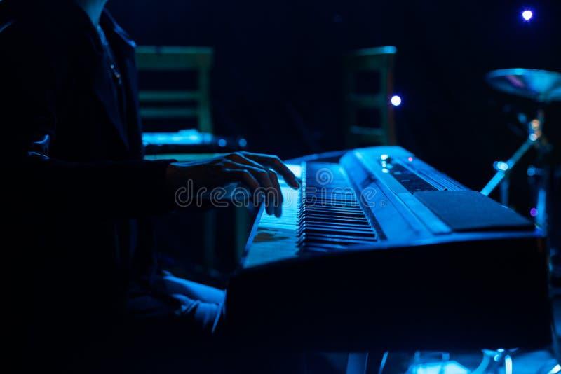 Download Sirva Jugar En El Teclado Del Sintetizador En Etapa Durante Concierto Imagen de archivo - Imagen de venda, colores: 100533781