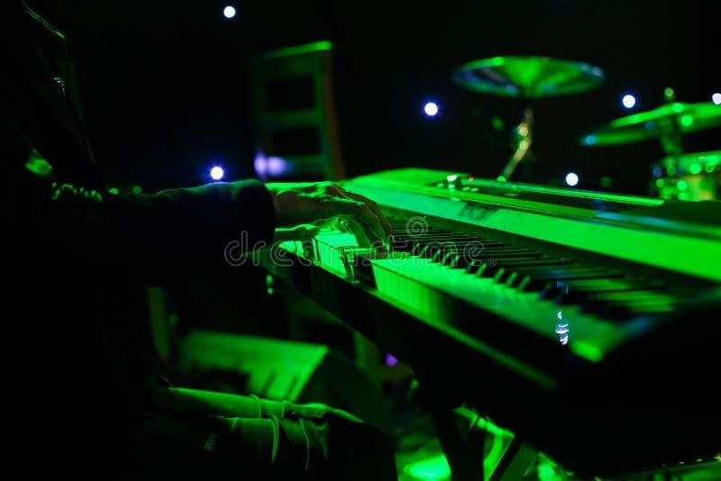 Download Sirva Jugar En El Teclado Del Sintetizador En Etapa Durante Concierto Foto de archivo - Imagen de equipo, brillante: 100534114