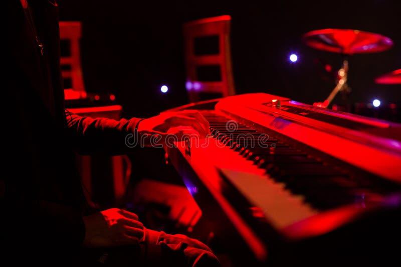Download Sirva Jugar En El Teclado Del Sintetizador En Etapa Durante Concierto Foto de archivo - Imagen de equipo, diseño: 100534124