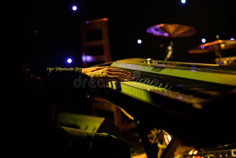 Download Sirva Jugar En El Teclado Del Sintetizador En Etapa Durante Concierto Imagen de archivo - Imagen de famoso, teclado: 100534141