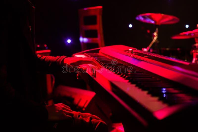 Download Sirva Jugar En El Teclado Del Sintetizador En Etapa Durante Concierto Imagen de archivo - Imagen de colores, extracto: 100534317