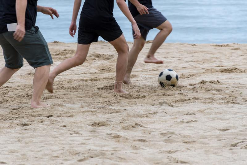 Sirva jugar fútbol en la playa y huella en las arenas fotos de archivo libres de regalías