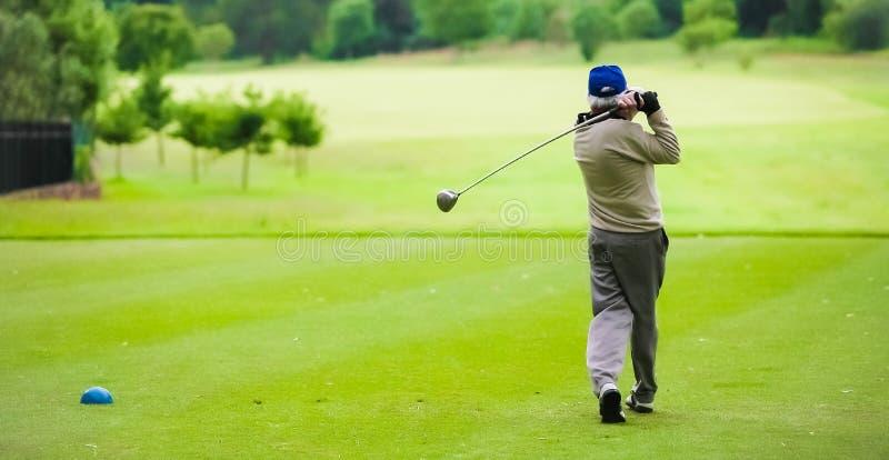 Sirva juntar con te apagado en un campo de golf con un conductor imágenes de archivo libres de regalías