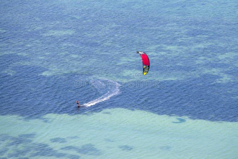 Sirva kitesurfing en el océano, deporte extremo del verano en la isla Koh Phangan, Tailandia foto de archivo