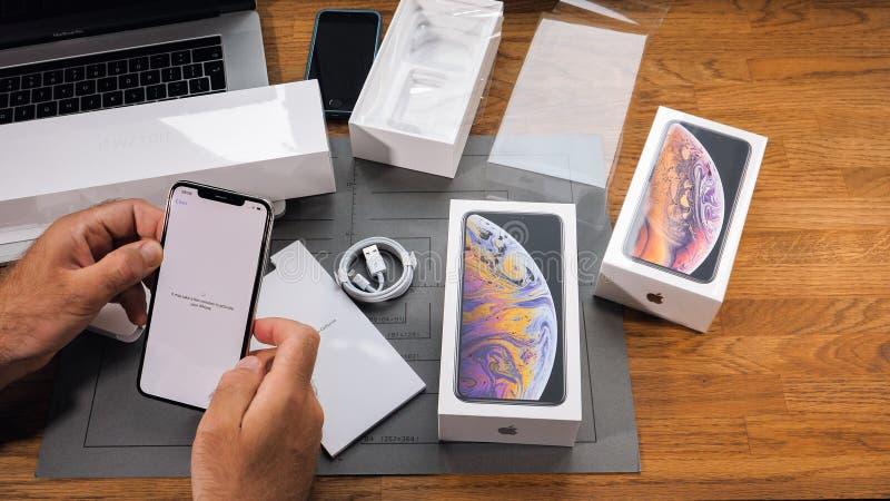 Sirva la activación unboxing de Xs Max Xr del iPhone del teléfono fotos de archivo libres de regalías