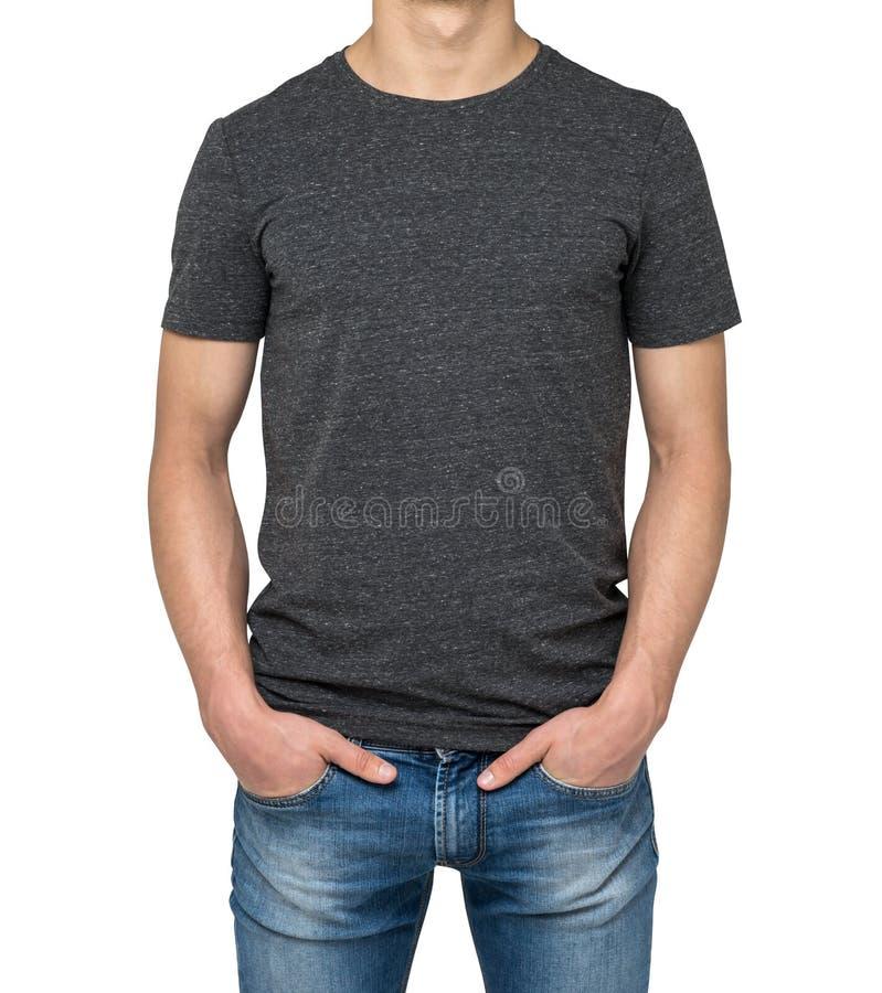 Sirva la camiseta gris oscuro que lleva aislada en el fondo blanco fotos de archivo