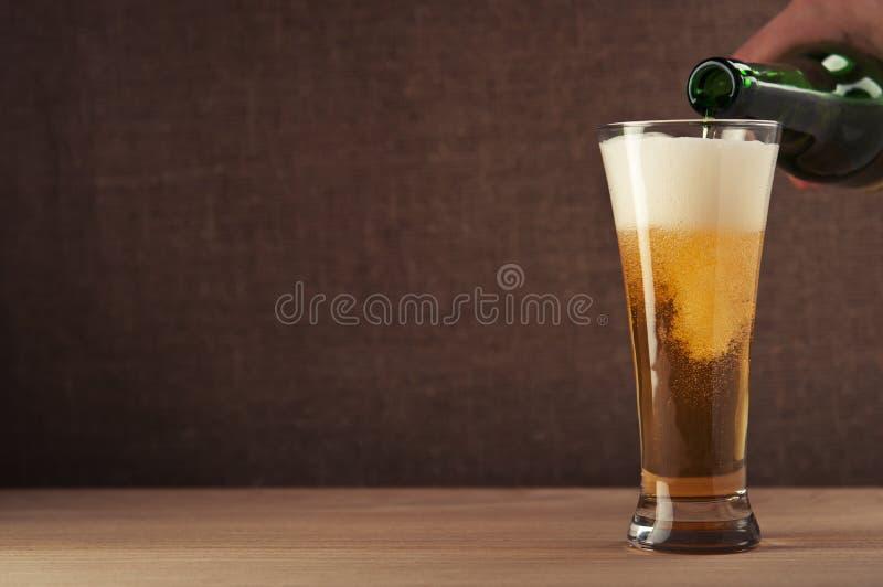 Sirva la cerveza de colada fotografía de archivo libre de regalías